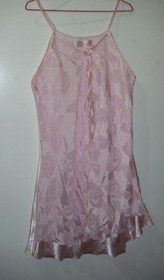 潮流帥衣 韓風粉紅色絲質金屬光澤 專櫃前披粉紅色薄紗 細肩帶性感睡衣 思字櫃
