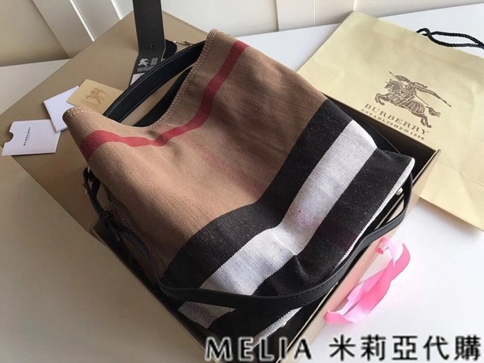Melia 米莉亞代購 美國精品代購 巴寶莉 戰馬 女士秋冬新款 水桶包 可斜背單肩 黃麻帆布HOBO包 黑色