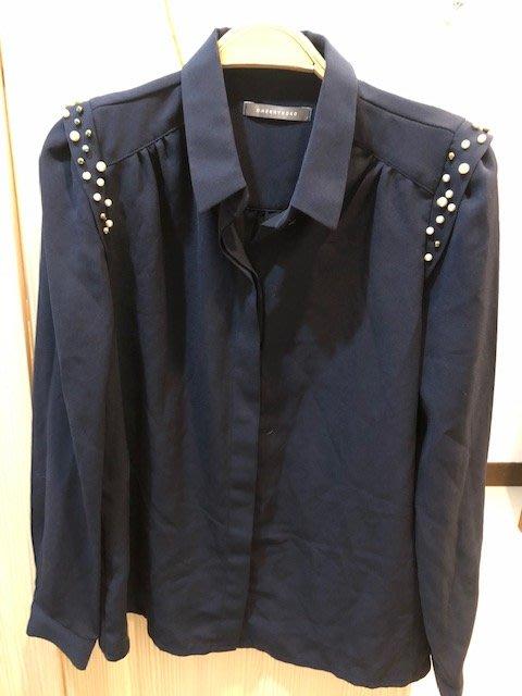 小花別針、專櫃品牌【CHERRYKOKO】深藍色質感珍珠設計長袖雪紡襯衫