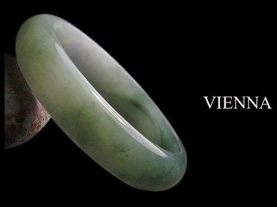 《A貨翡翠》【VIENNA】《手圍19.6/16mm版寬》緬甸玉/冰種典藏濃晴湖水綠/玉鐲/手鐲G-063