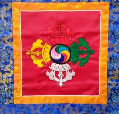 @居士林@(Made in Nepal)十字金剛杵-唐卡布幔(棉質)直高56公分(含流蘇)面橫寬43公分