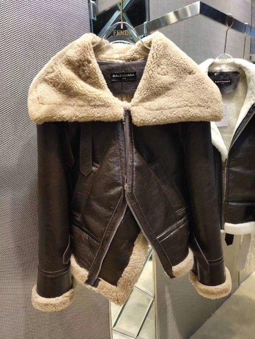 《巴黎拜金女》巴黎世家機車夾克外套皮毛一體