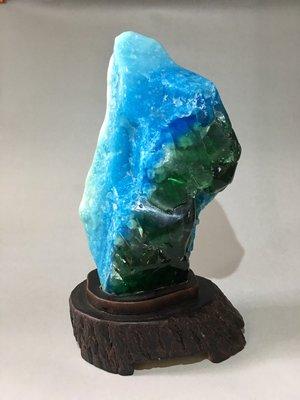 *藏雅軒*-印尼海藍寶綠曜岩火山琉璃-樟木底座-2025g