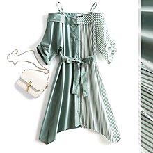 【木風小舖】斜紋拼接純色 下擺不規則 露肩細肩帶綁帶洋裝*豆綠