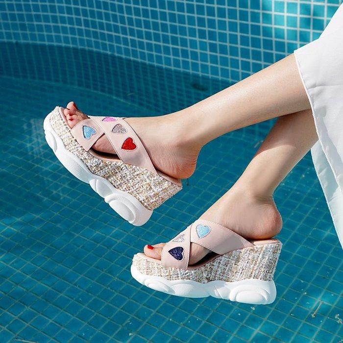 Fashion*厚底松糕拖鞋 真皮外穿坡跟涼拖鞋 時尚草編心形高跟拖鞋潮