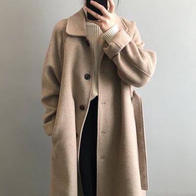這款真的高品質!秒變韓劇女主角優質長版外套 西裝領單排釦腰帶毛呢長大衣 艾爾莎【TAE8625】