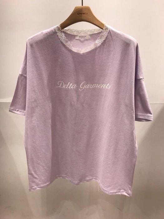 美麗喵。現貨。正韓 韓國製 領口蕾絲 草寫英文 棉質 短袖T恤上衣(現貨 紫、黑)