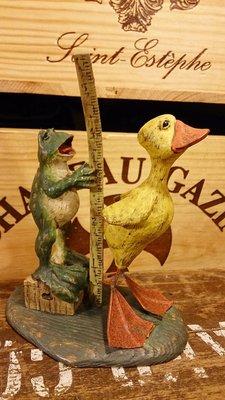 american chestnut folk 青蛙幫小鴨量身高 : 雕塑 精品 擺飾 雪人 青蛙 鴨 裝飾 居家 收藏