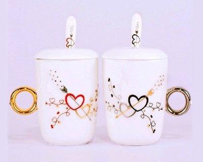 5Cgo【鴿樓】會員有優惠19554200684 鑽戒杯 附蓋附匙 (一對) 鑽石戒指杯 300ml  情侶對杯 情侶杯