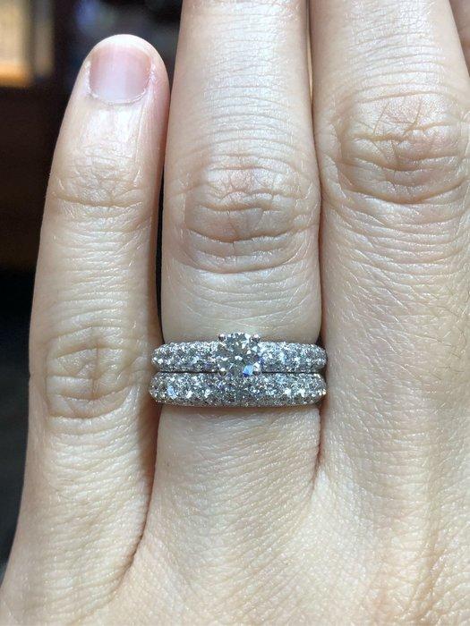 總重83分天然鑽石戒指,密釘鑲工豪華配鑽,香港師傅金工純手工製作,經典款式設計,超值優惠價39800,只有一個新品上市,De Beers 經典婚戒款式