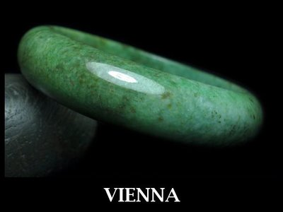 《A貨翡翠》【VIENNA】《手圍19.5/17mm版寬》緬甸玉/冰種嬌豔抹香葉綠點焦/玉鐲/手鐲L+042
