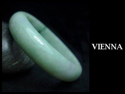 《A貨翡翠》【VIENNA】《手圍17/15mm版寬》緬甸玉/冰種美麗嫩豆綠飄葉/玉鐲/手鐲Z-018