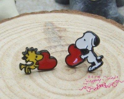 *。漾漾小舖*。♥插畫系列♥戴著愛心幸福感的史奴比與夥伴針式耳環˙鋼【A2419】☆°可改細膠夾+10