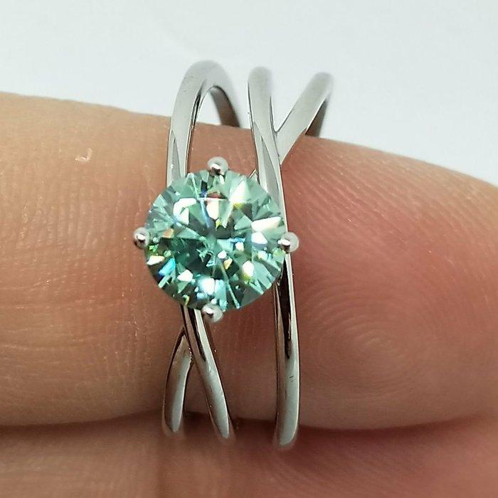 莫桑鑽寶綠鑽1克拉莫桑石鑽戒鑲嵌純鉑金檯求婚訂婚結婚圓夢鑽石百年經典戒指新款鉑金質感媲美真鑽 免運費 購物愉快 有保障