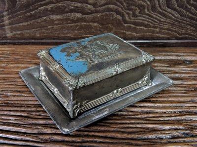 有年紀的金屬小盒