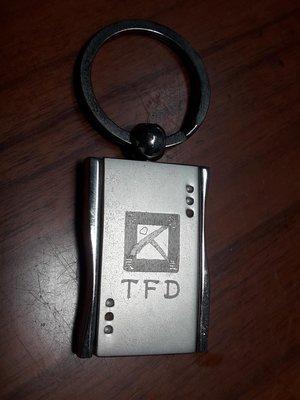 台灣民主基金會紀念鑰匙圈,該基金會董事長現為游錫堃,副董事長為吳釗燮,置於三層盒