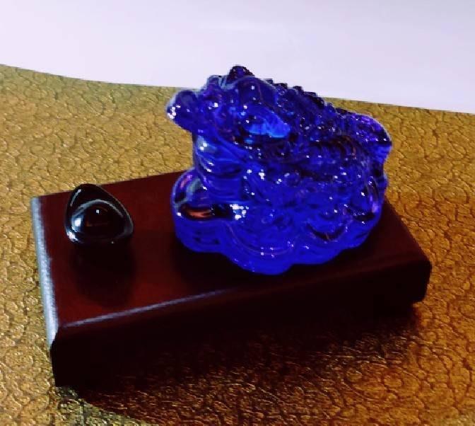 林老師開運坊~ 琉璃深藍黑色蟾蜍(長6寬5 高4.2cm)+元寶、底座、旺財符~咬錢.招財~硃砂開光
