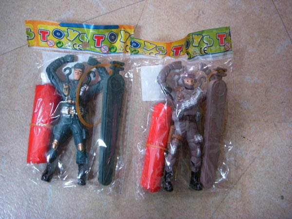 小猴子玩具鋪~~~懷舊童玩~彈射跳傘士兵公仔一套12隻~~(不挑款)售價:80元/套