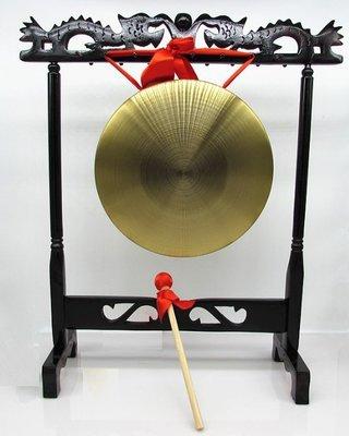 22厘米 銅鑼 連 支架 銅鑼連 鑼錘 材質:純黃銅,聲音比較響亮。 配置:銅鑼1面+圓頭鑼錘1支 +支架