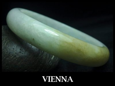 《A貨翡翠》【VIENNA】《手圍18.9/13mm版寬》緬甸玉/冰種唯美蜜糖黃玉/玉鐲/手鐲V+022