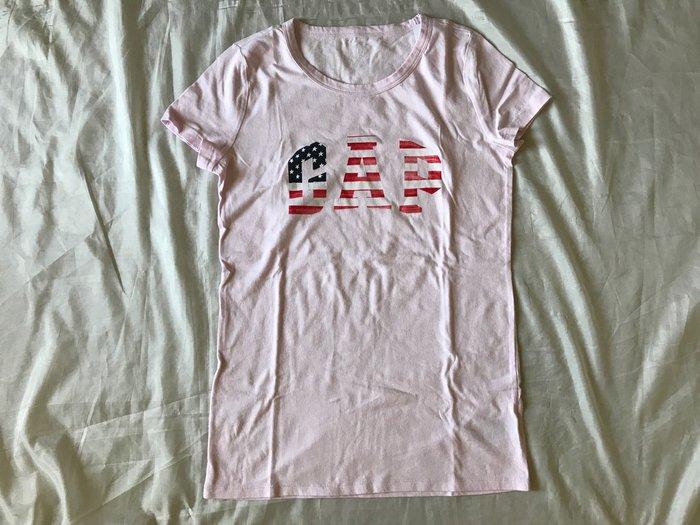 【天普小棧】GAP Flag Logo Tee美國國旗圓領短袖T恤 棉T 粉紅 S號 現貨抵台