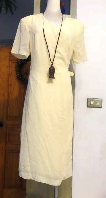 [C.M.平價精品館]L現貨最後一件出清特價/設計師精品專櫃/日本進口素材知性有型一片裙美麗鵝黃色短袖中長版洋裝