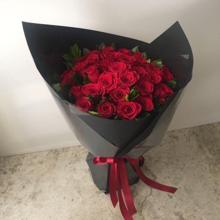 V16。33朵紅玫瑰花束。台北西門歡迎自取。情人節。【Flower&House花藝之家】