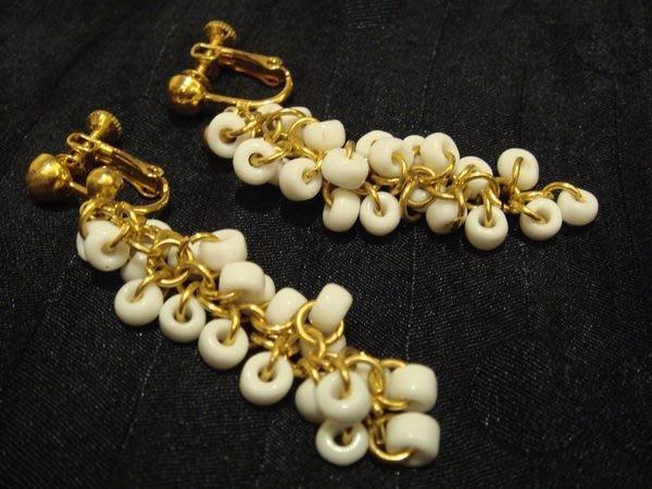 國外帶回,白色多重串珠設計款栓夾式耳環,低價起標無底價!本商品免運費!