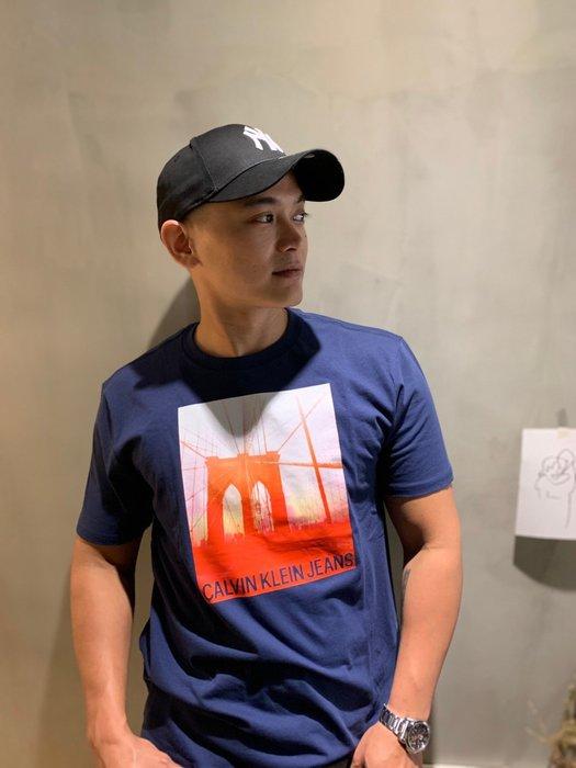 【蟹老闆】CK Calvin Klein 男生短袖 橘色吊橋  深藍色