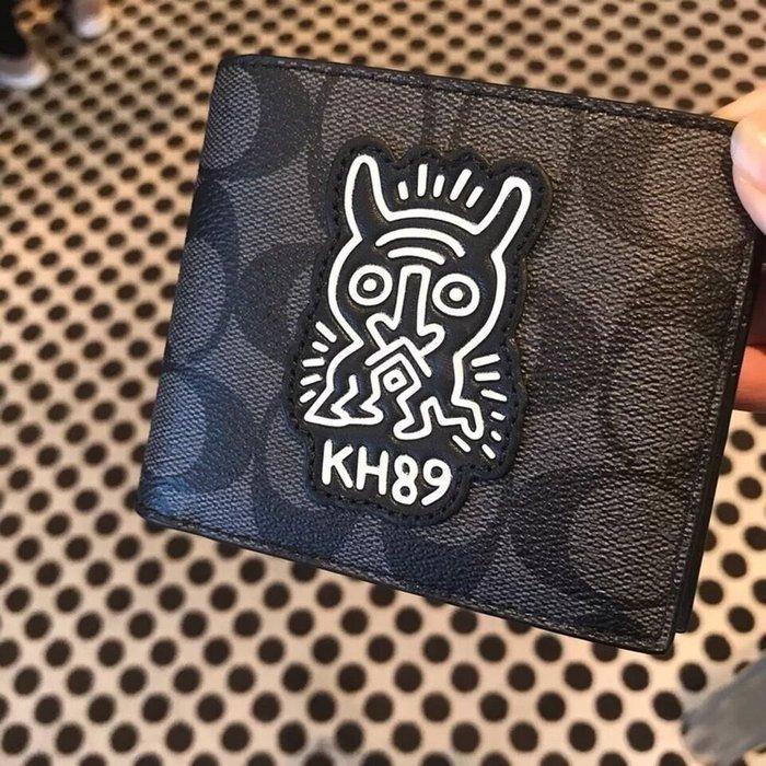 小皮美國正品代購 COACH 68217 新款男士短夾 經典C字紋徽章圖案對折錢夾 多卡位 附禮盒鑰匙扣 附購證