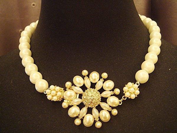 破盤出清大降價!美國帶回,全新從未戴過的 CAROLEE 高質感仿珍珠花造型項鍊,低價起標無底價!本商品免運費!