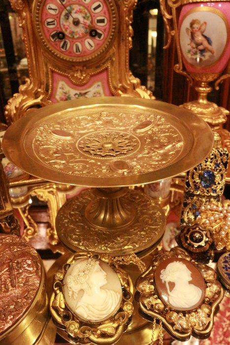 【家與收藏】特價稀有珍藏歐洲百年古董法國19世紀精緻優雅手工天使祝福浮雕古董銅盤/果盤/高腳盤