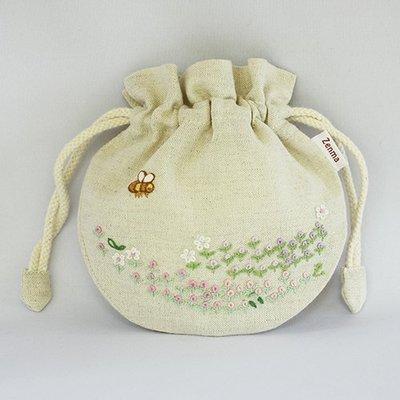 《散步生活雜貨-鄉村散步》日本進口 Zenma - 手工刺繡 棉麻材質 束口袋 化妝包 - 花園款