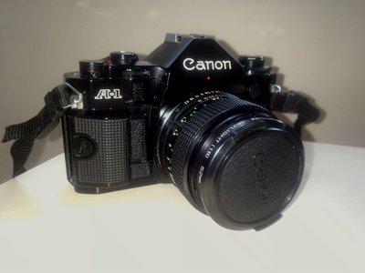 【CANON A-1單眼底片相機機身】+【FD 50mm F1.4 鏡頭】+【Skylight鏡片】【鏡頭收藏袋】+【相機肩帶】+【電池二顆】,免運費。