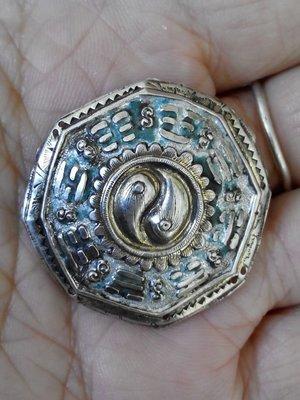 藏寶閣 (老銀飾品)老銀燒藍八卦花片做工精良規整帶款的辟邪遠小人老銀風水掛件 Cchg3037