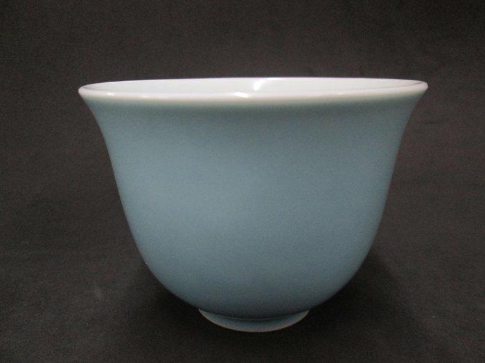 《福爾摩沙綠工場》@ 單色釉瓷杯-天青,底款:上海市博物館 一九六二年,容量120CC 特價650元。
