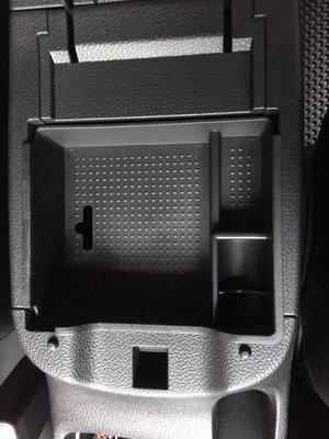 車酷中心 NISSAN TIIDA .SENTRA 中央扶手置物盒 250元
