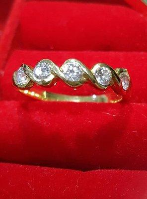 黃18K軌鑲0.42克拉鑽石戒指
