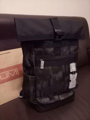 《特惠,現貨,只有一個》~歐洲購回全新真品~TUMI專櫃~Birch Roll top Backpack黑底特殊花色款 捲口蓋後背包