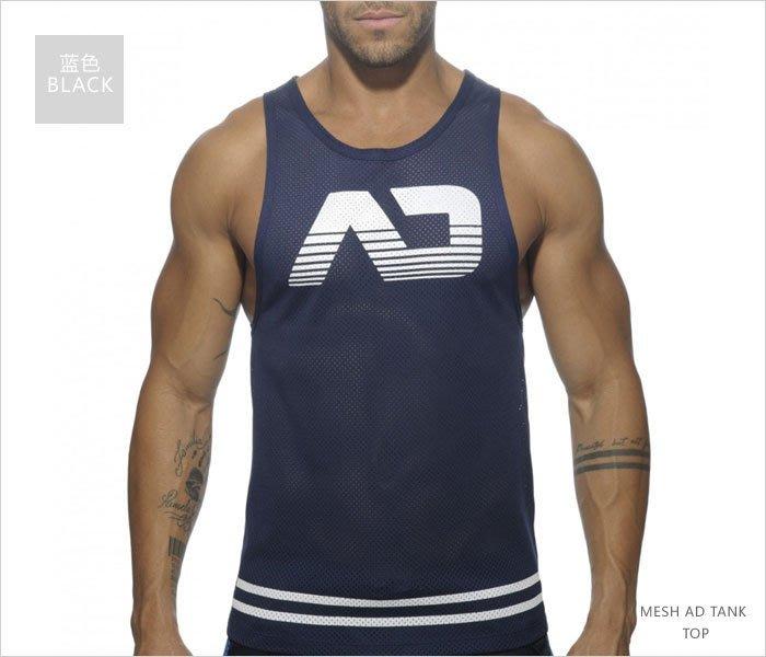 新款男時尚網眼運動男背心簡單AD字樣簡潔造型開襟紐扣健美背心呈現你的大胸肌~黑/白/藍3色~M/L/XL~每件259元