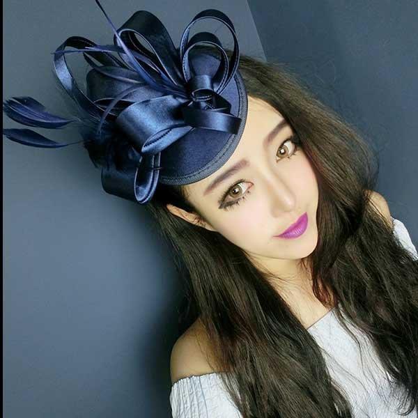 5Cgo【鴿樓】會員有優惠  520815588915 公主款複古高檔色丁 立體花朵羽毛 藏藍色髮夾小禮帽髮飾 誇張頭