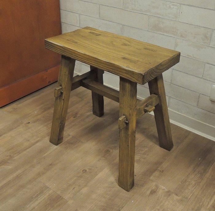 古趣南方松板凳 高凳 高板凳 原木椅凳椅子 方凳表面有層次 較其他木質耐風吹雨淋 常為戶外庭院使用