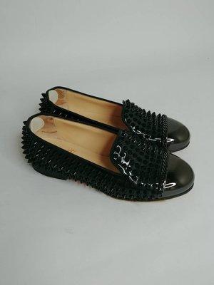 【RECOVER名品二手】Christian Loubouti 黑色銀金屬頭鉚釘紅底鞋 .