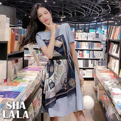 SHA LA LA 莎菈菈 韓版氣質時尚印花不對稱收腰綁帶露肩短袖連衣裙洋裝3色(S~L)2019050501預購款
