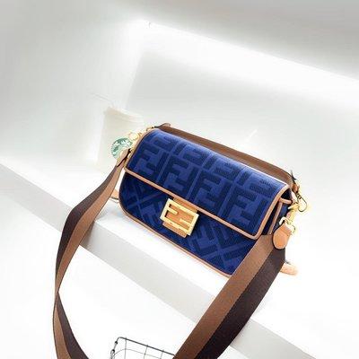 FEBDI芬迪真皮單肩包20ss年米蘭時裝周街拍中 潮人們背的最多的包包大概就是Fendi的這款法棍包(Baguette
