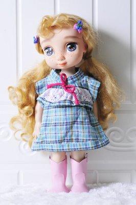 【小黑妞】迪士尼公主娃娃衣服-長髮公主冰雪奇緣-藍綠格子田園風小洋裝(不含娃娃及鞋子)【現貨】