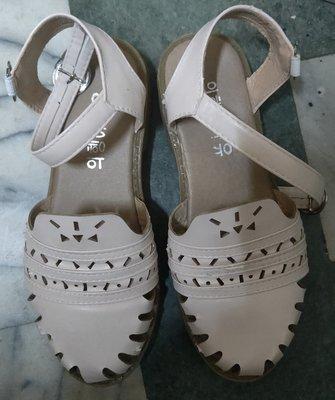 米白色洞洞娃娃鞋