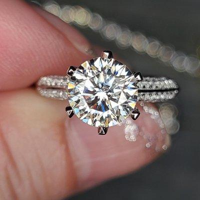 莫桑鑽寶新款半壁江山2克拉莫桑石真金18k金包鉑金戒檯 鑲D色莫鑽石戒臂鑲滿莫桑碎鑽戒指保證通過測鑽筆求婚 結婚 情人節禮物 摩星鑽  鑽寶訂製