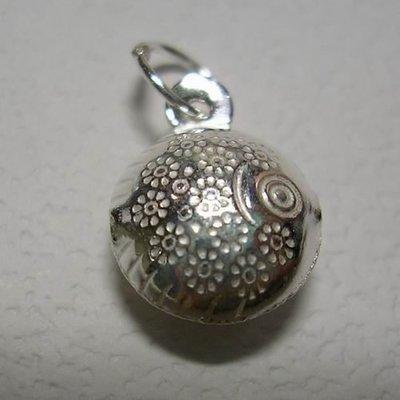 琥珀貓~【925純銀材料配件】墜飾~N7726~菊花紋圓球魚~一個