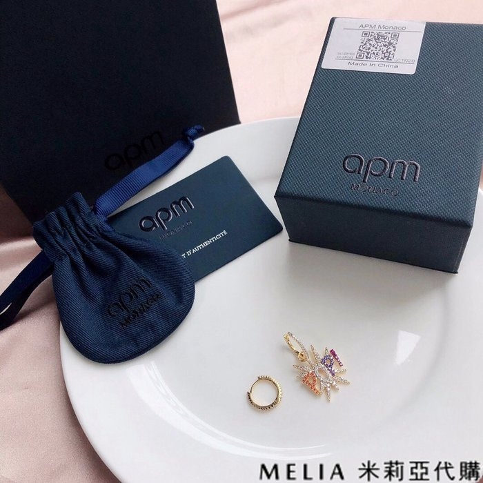 Melia 米莉亞代購 商城特價 數量有限 每日更新 APM 飾品 耳環 銀鑲晶鑽字母POP 彩色金耳環 氣質耳墜